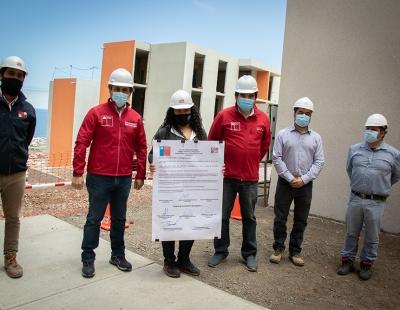 Acompañadas por SERVIU las familias beneficiarias firmaron el acta de entrega de terreno a la nueva empresa encargada de finalizar la construcción de sus viviendas